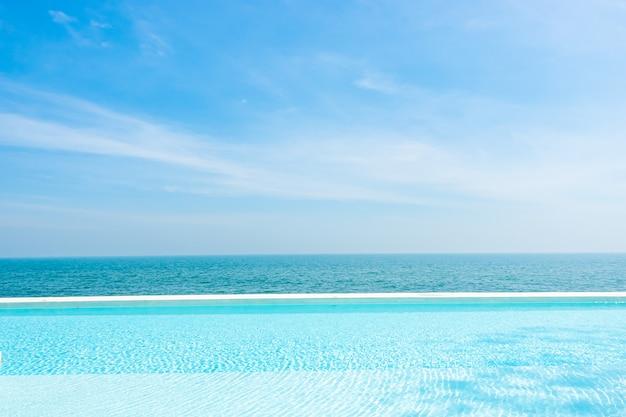 Zwembad met uitzicht op de oceaan