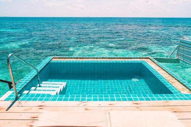 Zwembad met uitzicht op zee op de malediven