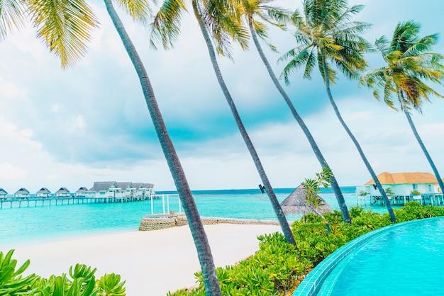 Zwembad met zee strand op de malediven