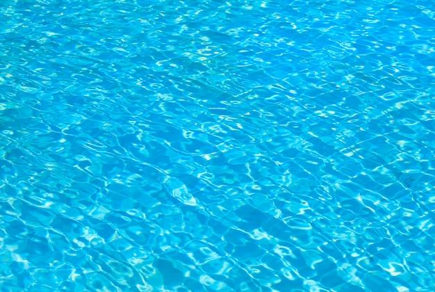 Zwembad met zonnige reflecties