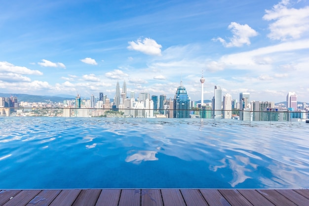 Zwembad op dak met mooie stadsmening kuala lumpur, maleisië
