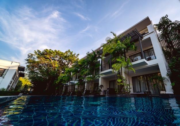 Zwembad op exotische tropische resort. exotische tuin.