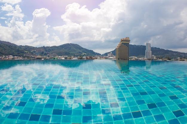 Zwembad op het dak met uitzicht op de stad