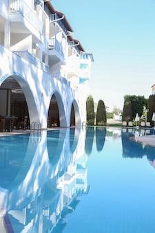 Zwembad op het terras van het hotel