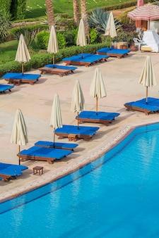 Zwembad parasols en ligstoelen in sharm el sheikh, egypte