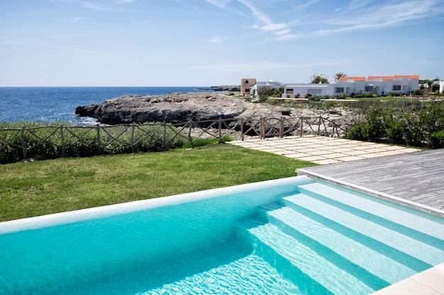 Zwembad trap naast de zee