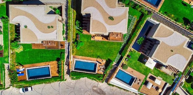 Zwembad van bovenaf gezien bovenaanzicht van moderne luxe villa met zwembad