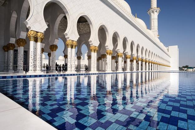 Zwembad van de abu dhabi-moskee