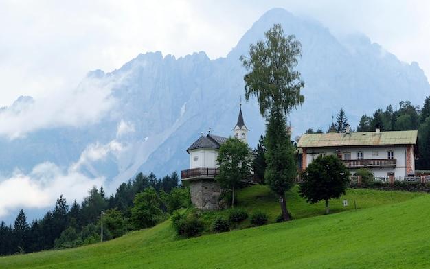 Zwembad van een grote villa in de bergen in oostenrijk