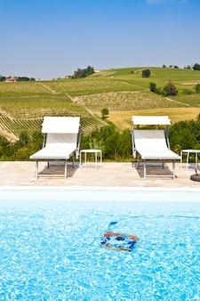Zwembad van een italiaanse beautyfarm te midden van wijngaarden, monferrato, regio piemonte.