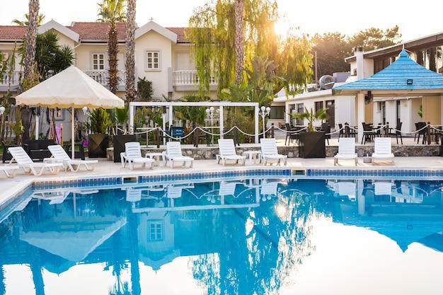 Zwembad van luxehotel. zwembad in hotel met metalen ladder.