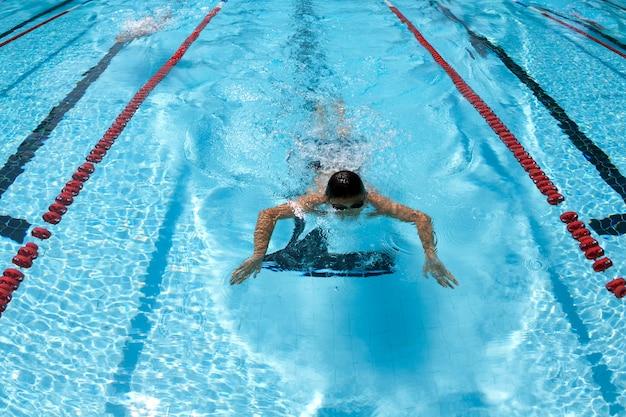 Zwembadoefeningen in het zwembad om te ontspannen.