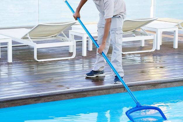 Zwembadreiniger tijdens zijn werk.
