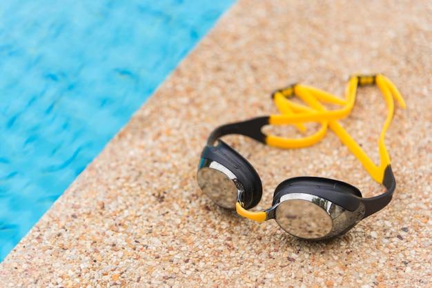 Zwembril aan de zijkant van een zwembad
