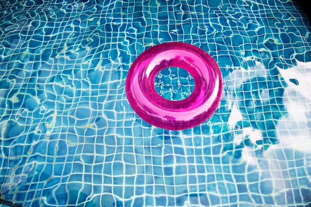Zwemmende boei die in het zwembad drijft