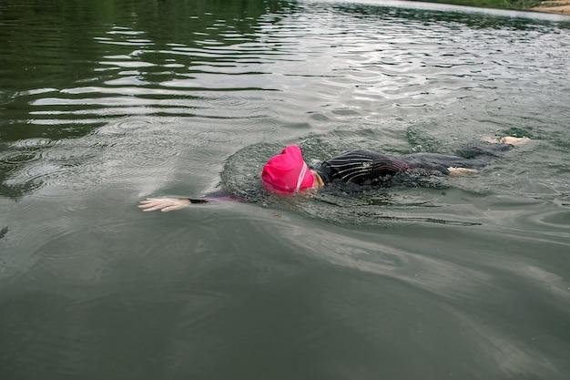 Zwemmer atleet zwemt op het meer
