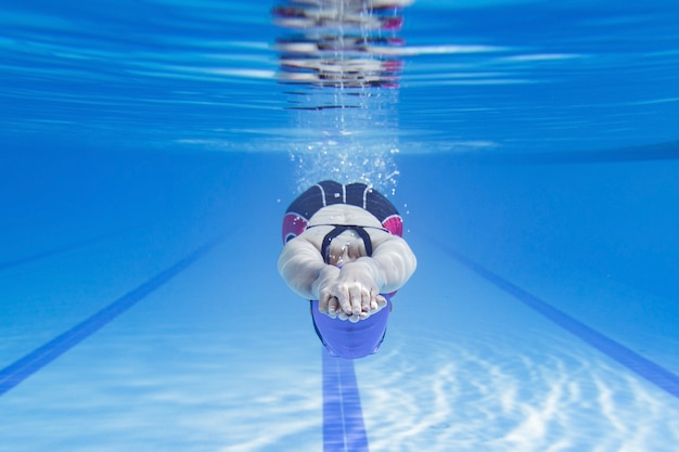 Zwemmer die in de pool zwemt.