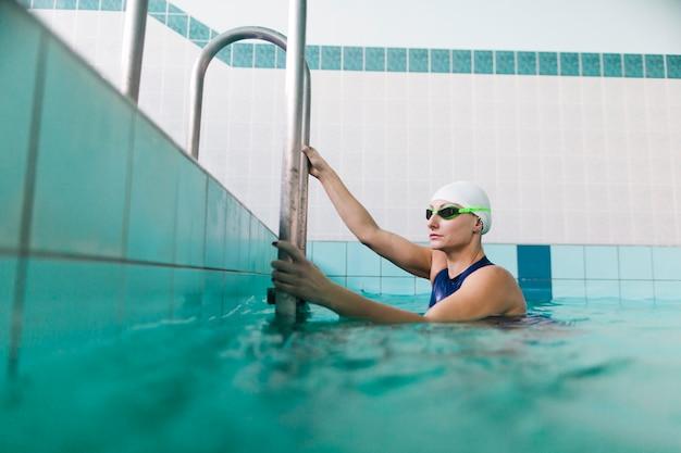 Zwemmer die uit zwembad komt