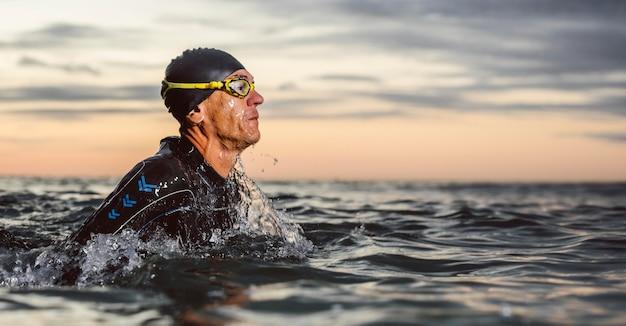 Zwemmer die uitrusting in zee draagt