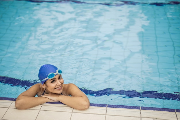 Zwemmer meisje in het zwembad