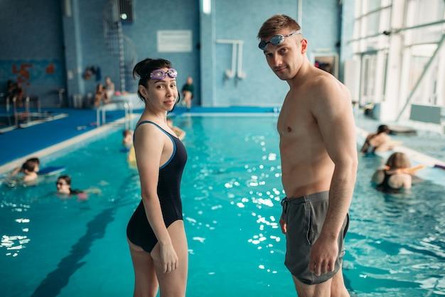 Zwemmers zetten een bril op in zwembad