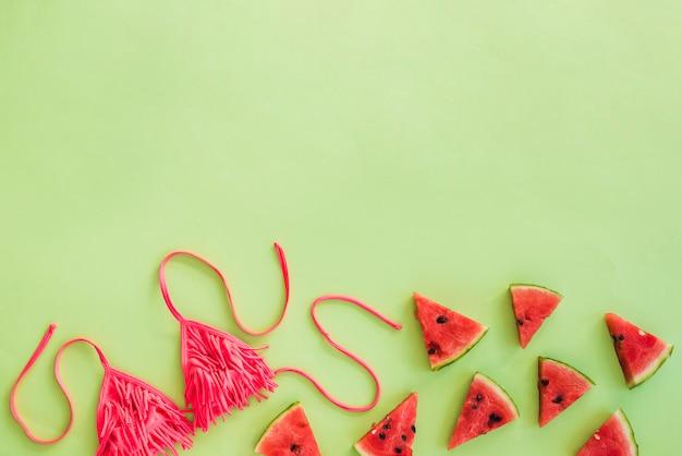 Zwempak dichtbij plakken van vruchten