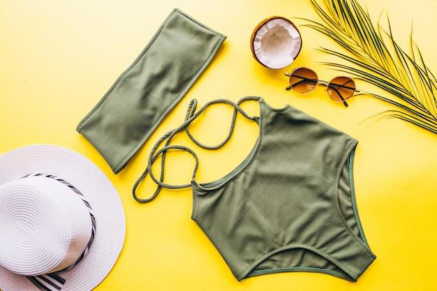 Zwempak op gele geïsoleerde achtergrond