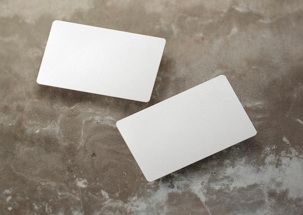 Zwevend visitekaartje over betonnen oppervlak