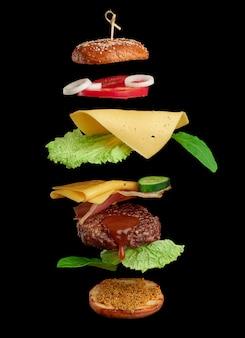 Zwevende cheeseburger-ingrediënten