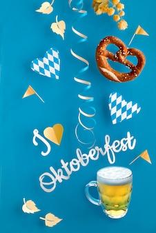 Zwevende oktoberfest-decoraties, pretzel en mok bier