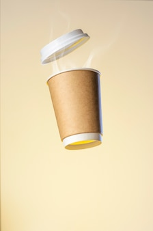 Zwevende papieren beker met warme koffie