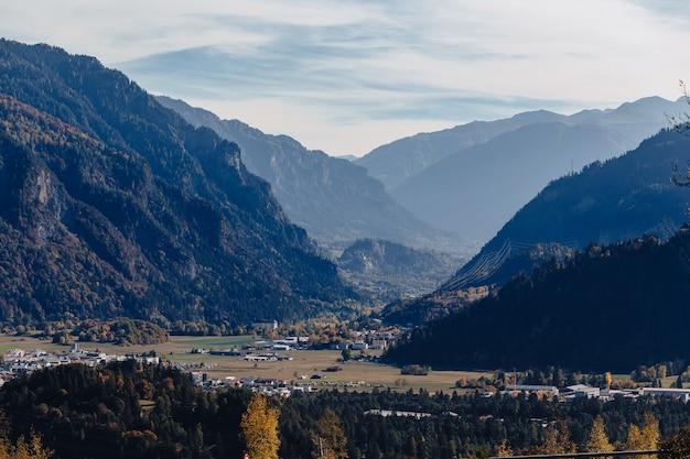 Zwitserland, bergdorp op de achtergrond van alpiene bergen