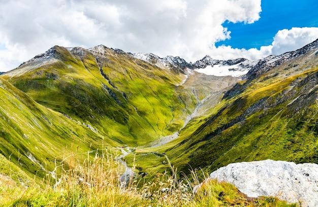 Zwitserse alpen aan de westkant van de furkapas - het kanton wallis, zwitserland