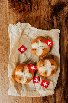 Zwitserse broodbroodjes genaamd in het duits augustweggen gebakken in zwitserland om de zwitserse nationale feestdag te vieren