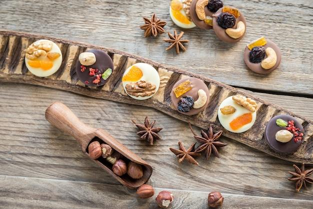 Zwitserse chocoladesuikergoed met noten en gedroogd fruit