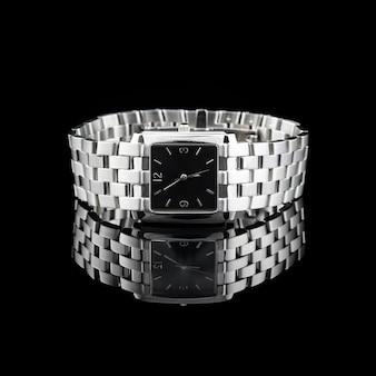 Zwitserse horloges op zwarte achtergrond