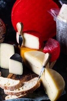 Zwitserse kaasbelper knolle. assortiment kaas. kaasmes. biologisch product. zwarte peper. italiaans voorgerecht.