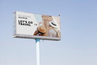 Billboard mockup op blauwe hemelachtergrond