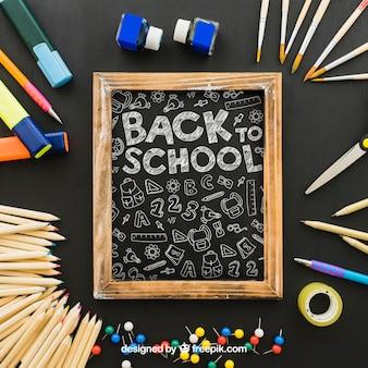 Blackboard omringd door shcool materialen