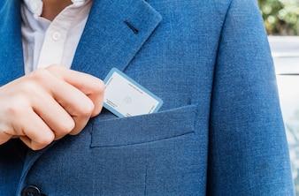Elegante mens die adreskaartje terugtrekt