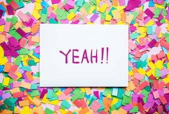 Ja! tekst op papier en kleurrijke partij confetti achtergrond partij concept