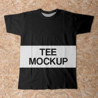 Realistische volledige afdruk bovenaanzicht T-shirt op hout Mockup