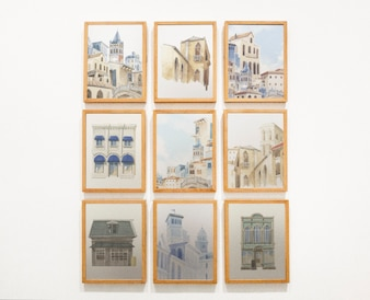 Verzameling van kunstwerken op een muur