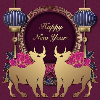 2021 gelukkig chinees nieuwjaar van os gouden paarse pioen bloem lantaarn rond spiraalvormig rooster frame.