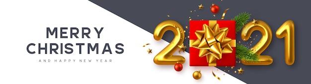 2021 nieuwjaarsteken. realistische geschenkdoos met decoratieve elementen en 3d-metalen cijfers op witte achtergrond.