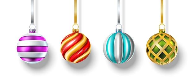 3d-realistische vector kerstballen die aan de witte muur hangen