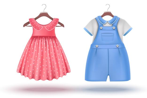 3d-realistische vector set baby meisje en baby jongen kleding op een hanger. roze jurk en blauwe romper. geïsoleerd.