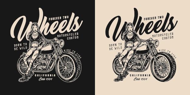 Aangepast vintage motorfietslabel met mooie getatoeëerde vrouwelijke motorrijder die in de buurt van de motor staat in zwart-wit stijl