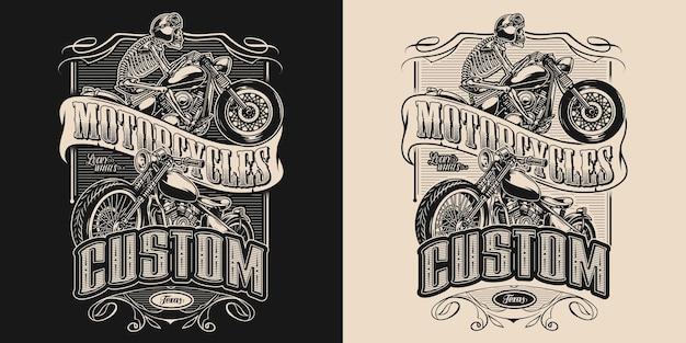 Aangepaste motorfiets embleem met klassieke motor en skelet in motorhelm en bril rijden moto fiets in vintage zwart-wit stijl