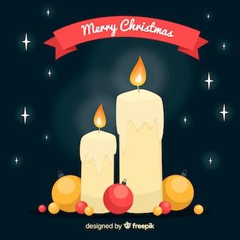Aangestoken kaarsen met de achtergrond van ballenkerstmis